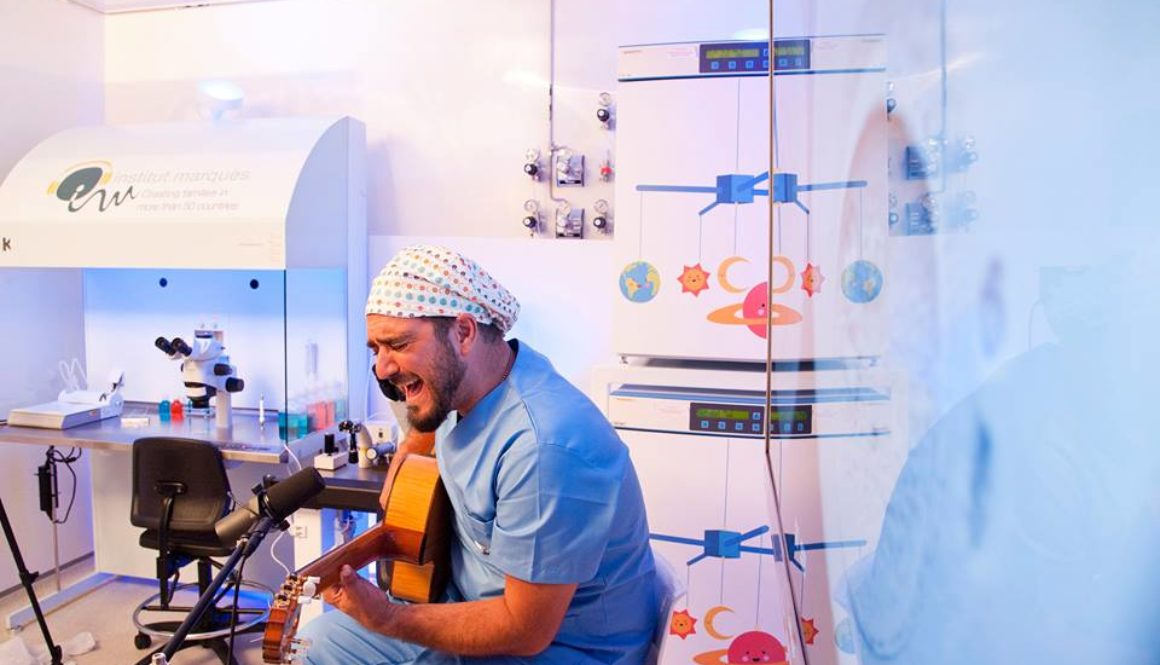 Antonio Orozco cantó en directo a 380 embriones en el Instituto Marqués de Barcelona