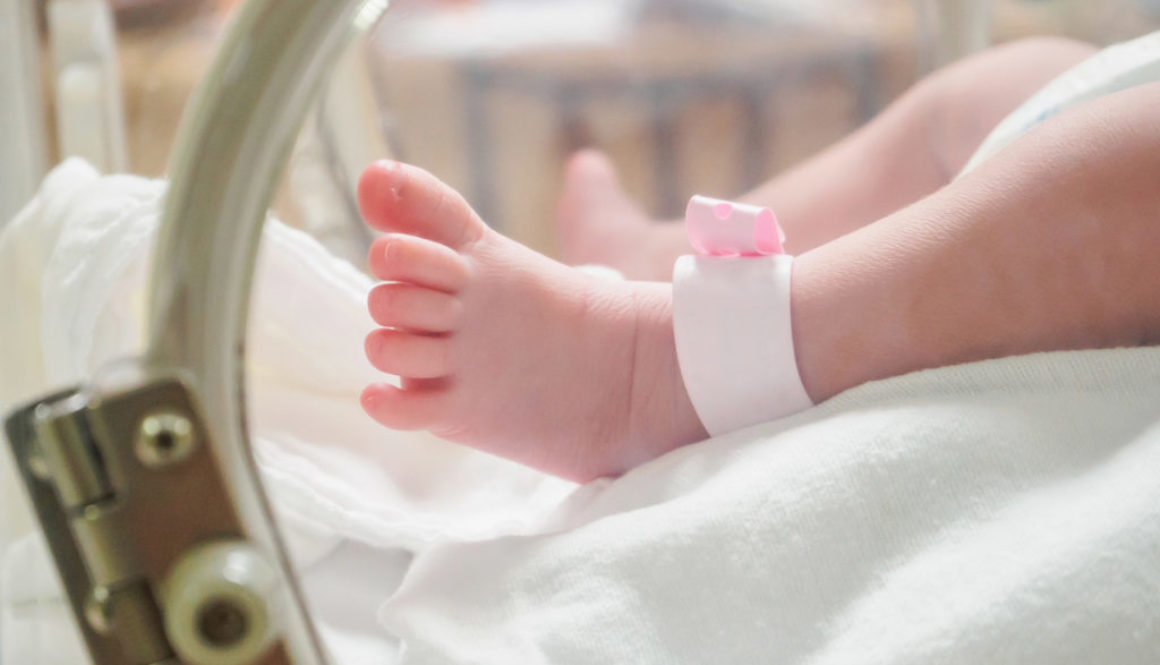 Enfermeras jubiladas hacen de 'mamás canguro' con prematuros