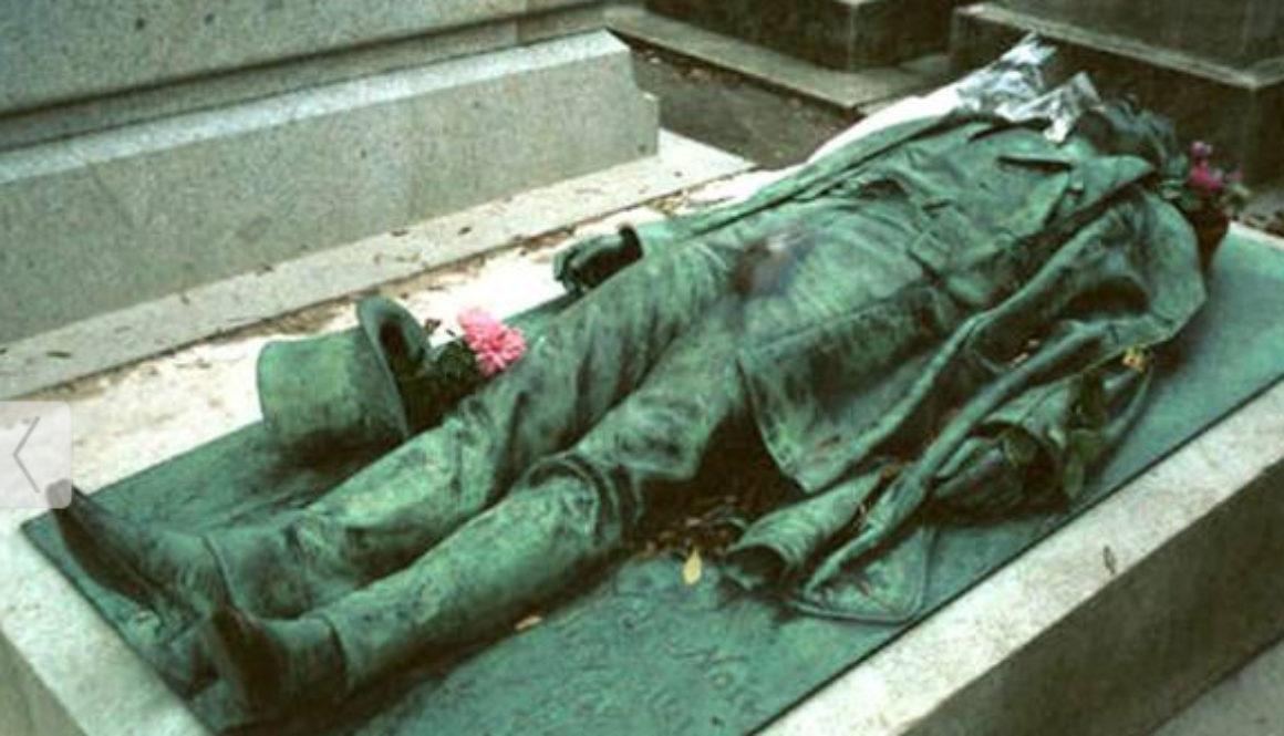 La estatua en honor al periodista Victor Noir