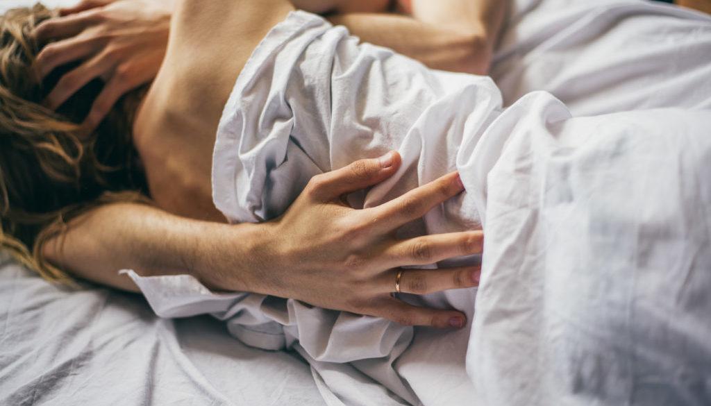 Los beneficios que no conocías de dormir desnuda con tu pareja.