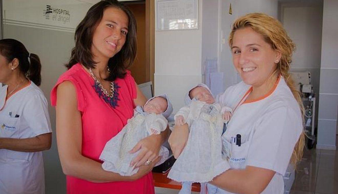 Nacen dos hermanas gemelas de dos embriones idénticos