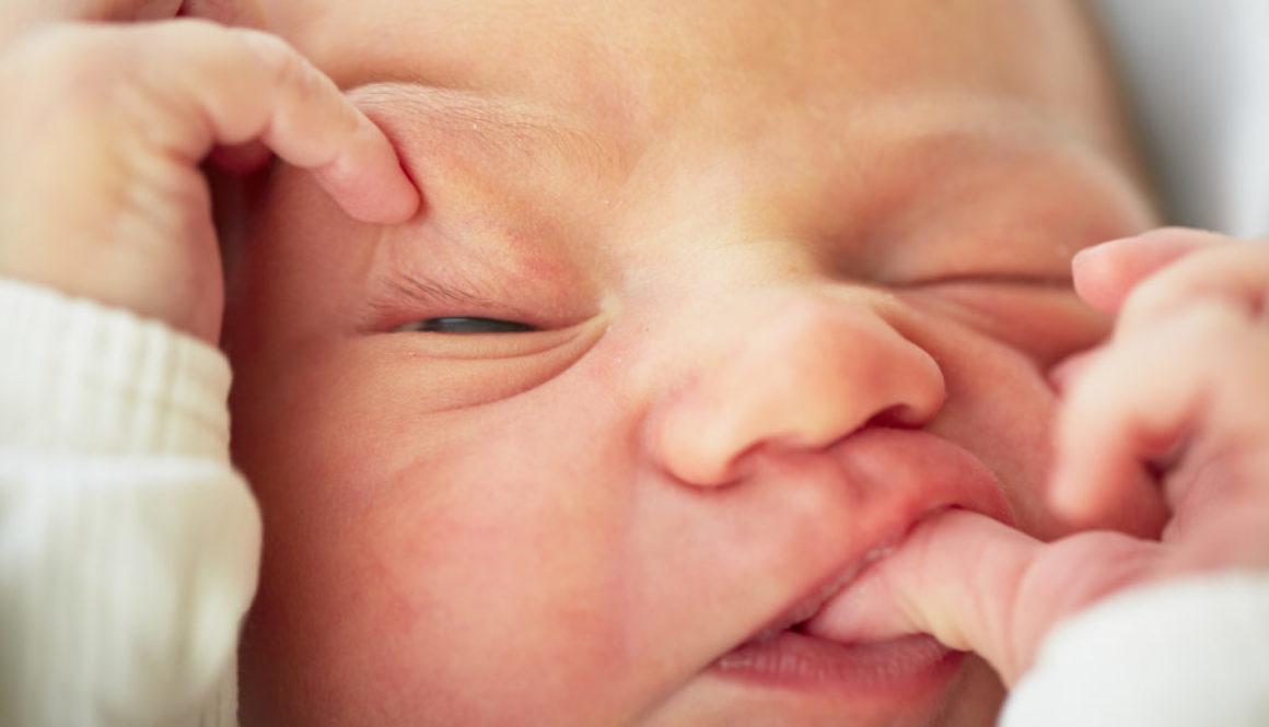 La bebé que nació de un embrión congelado hace 27 años (y estableció un récord)
